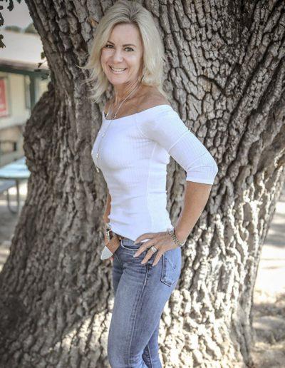 Lisa Wassberg infront of a tree